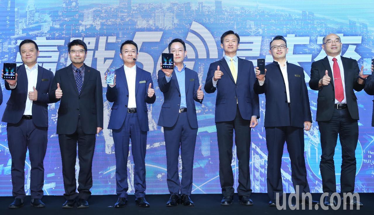 「贏戰5G星未來」三星5G大師對談,台灣三星總經理李大成(中)、 國家通訊傳播委...