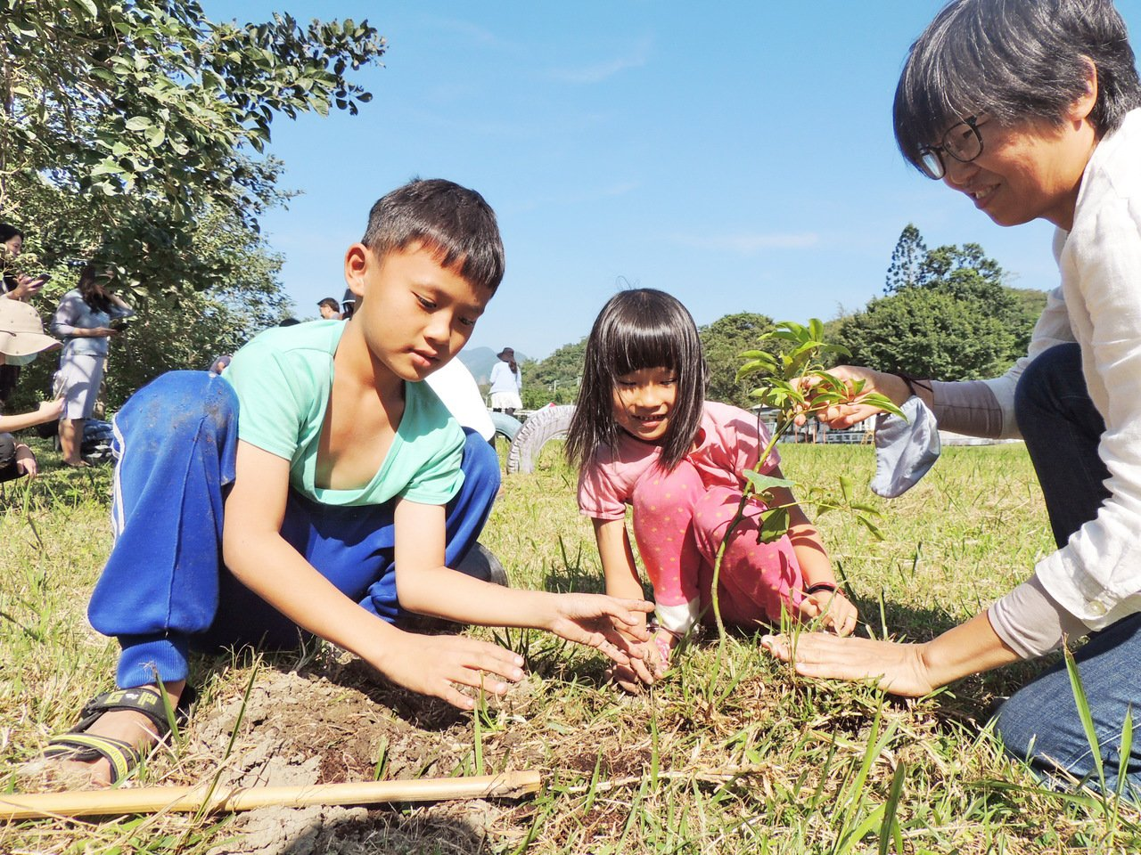利吉分校的小朋友開心的種下牛樟樹苗。記者羅紹平/攝影