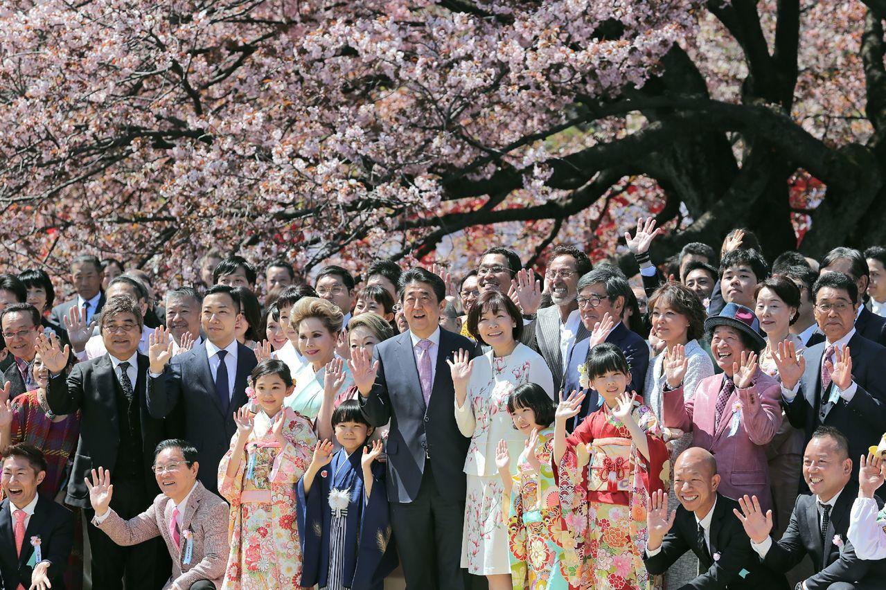 日本首相安倍晉三夫婦(中左、中右)今年4月13日舉行賞櫻會。法新社