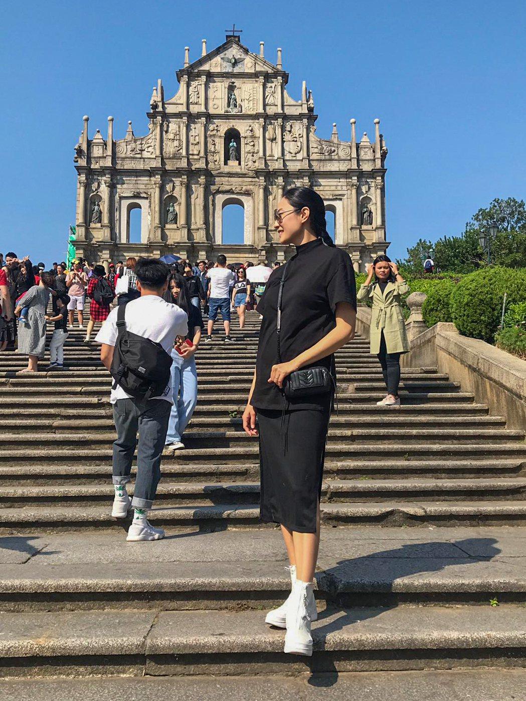 邱馨慧與家人至澳門歡度周末,於大三巴牌坊前示範孕婦藏肚顯瘦pose。圖/凱渥提供