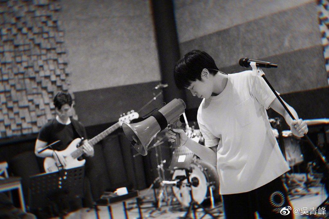 吴青峰全心投入「太空备忘记」巡演练团工作。 图/摘自微博