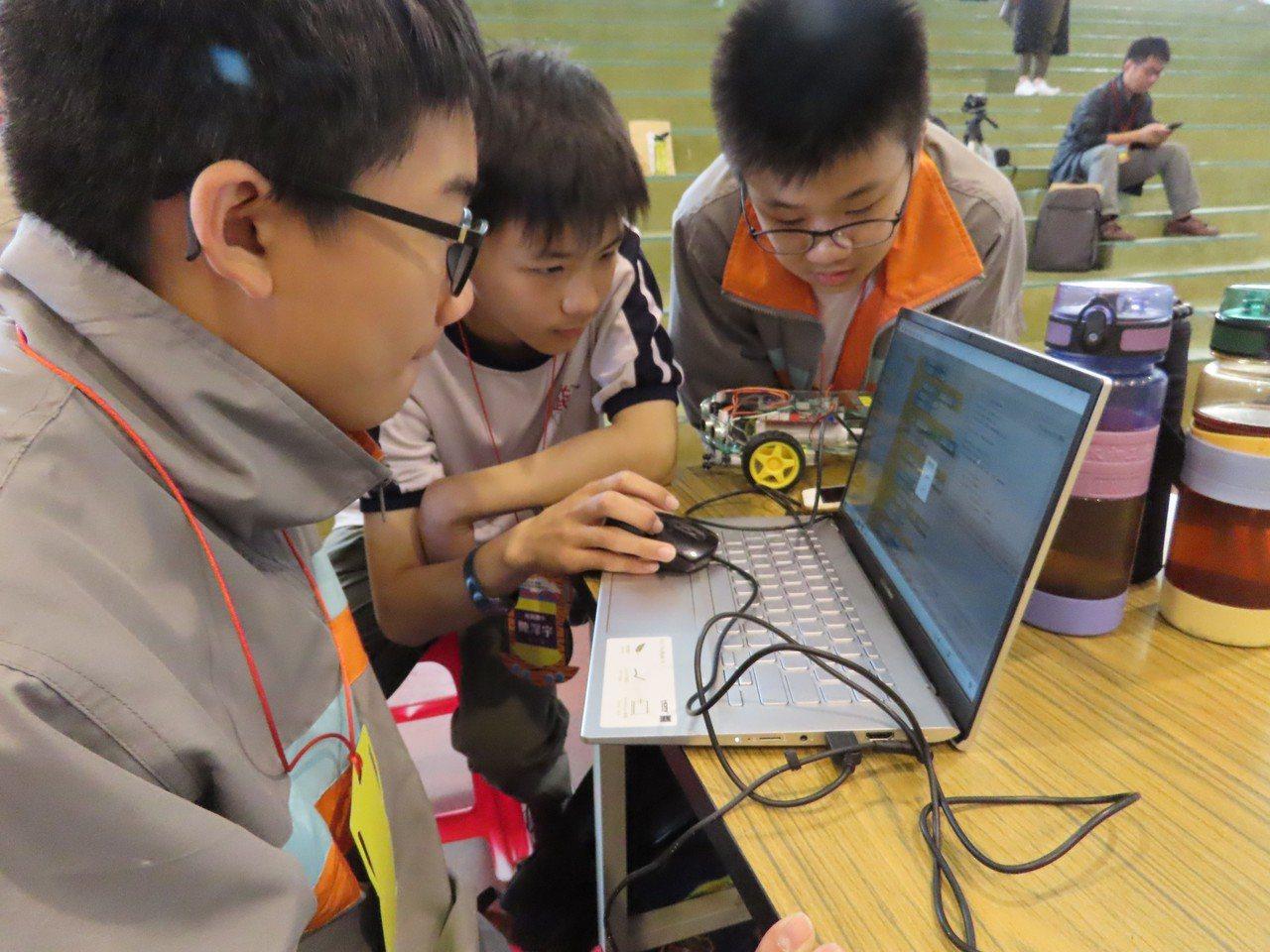 新竹市首屆「Brain Go 智能車挑戰賽」今天登場,吸引國小組25隊及國中組1...