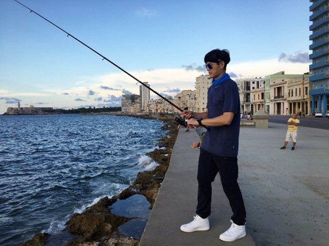 八大「世界第一等」主持人張勛傑遠赴古巴旅行,行經當地濱海大道看見一群釣客,一時技癢的他臨時要加入,還自信表示:「雖然在古巴釣魚我是第一回,但我也是個征戰無數釣場的外景人,實戰上場,我有把握!」現場立...