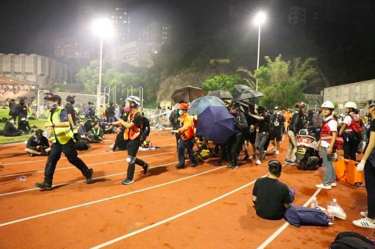 中文大學運動場有眾多傷者待救,義務急救員疲於奔命,現場消息指中大內至少有60名傷...