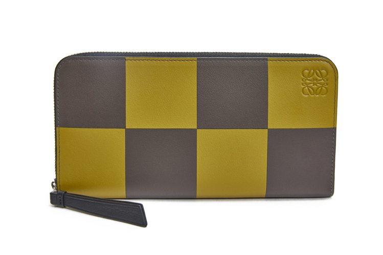 雙色格子小牛皮拉鍊長夾,售價29,000元。圖/LOEWE提供