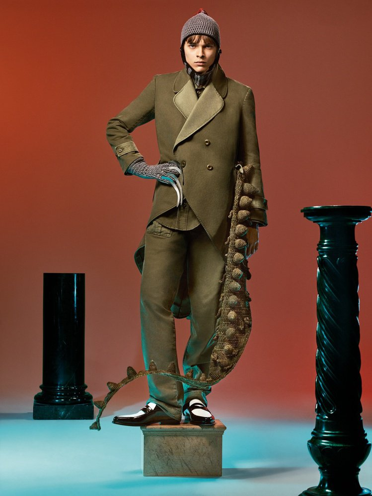 卡其綠棉質雙排釦外套、連身褲,搭配羊絨針織帽。圖/LOEWE提供