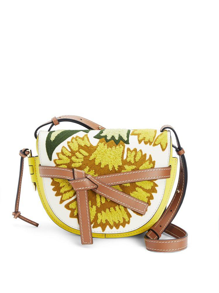 Gate黃色拼花小牛皮肩背包,售價9萬2,000元。圖/LOEWE提供