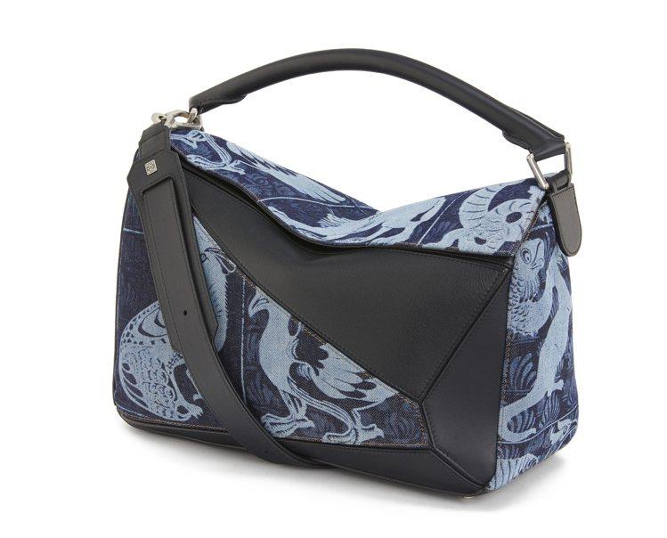 Puzzle藍黑拼色小牛皮肩背提包,售價11萬1,000元。圖/LOEWE提供