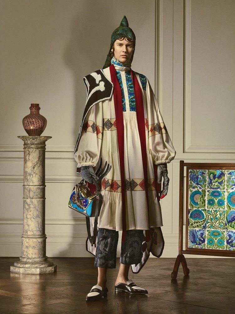 刺繡羊毛羊束口袖連身裙、棉質緹花漁夫褲,披黑白羊絨針織骷髏圍巾、小牛皮樂福鞋,搭...