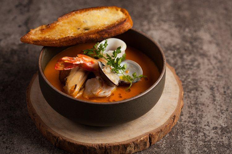 馬賽海鮮湯。圖/美福乾式熟成牛排館提供