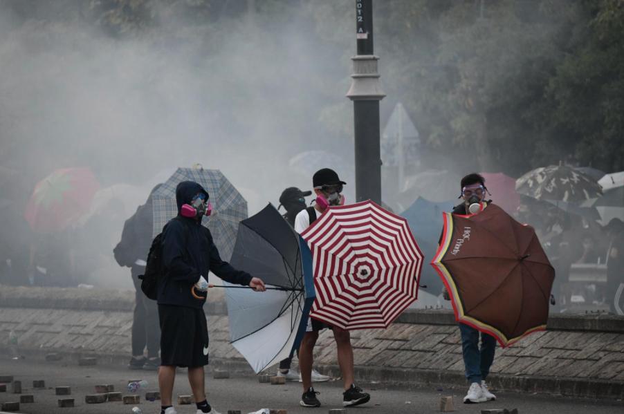 香港警察在大埔噴射催淚彈,大埔超級城外截查多人。(星島網)