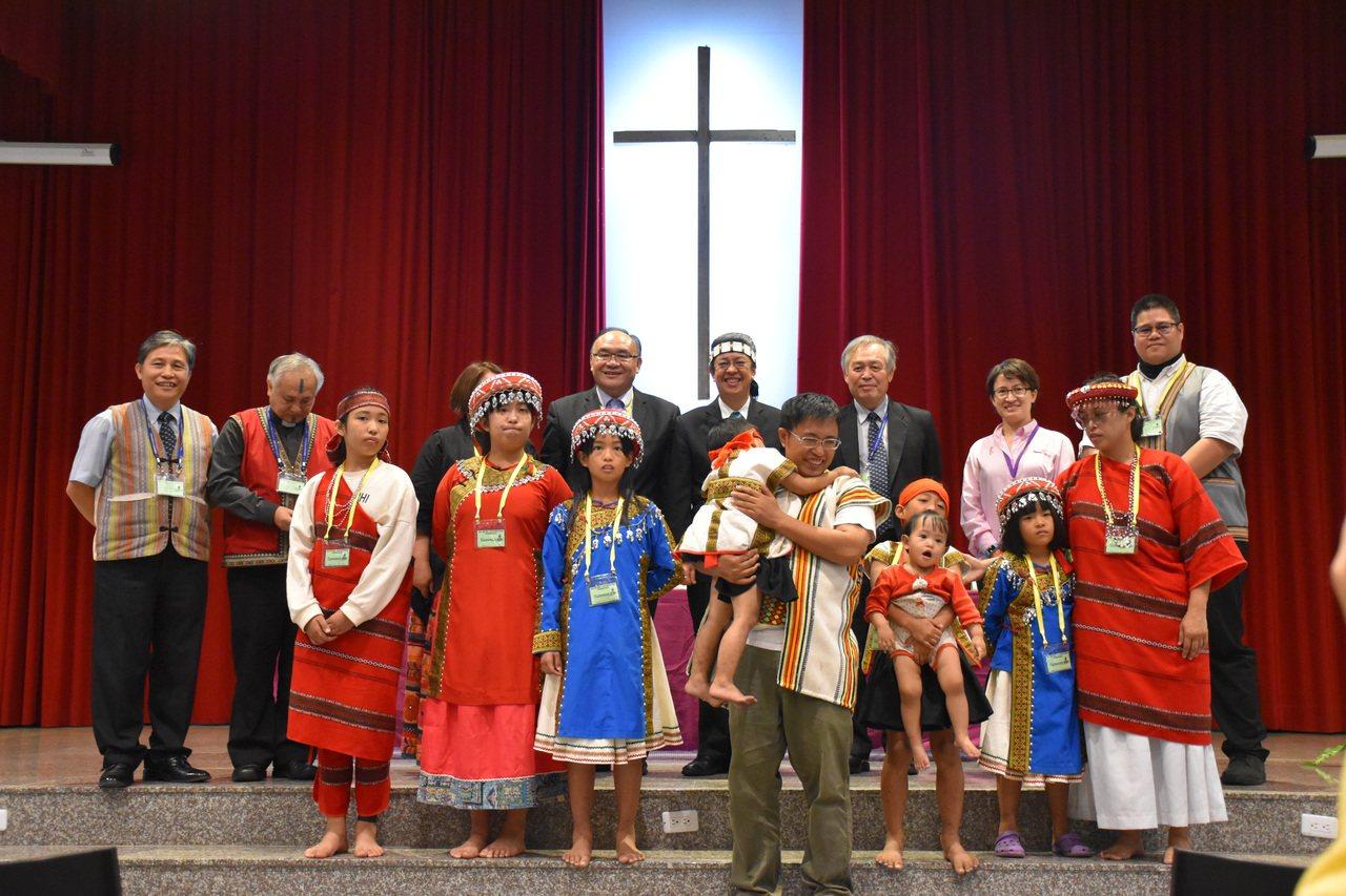 副總統陳建仁今到玉山神學院參加神學與信仰研討會,與當地原住民牧師一家人合影留念。...