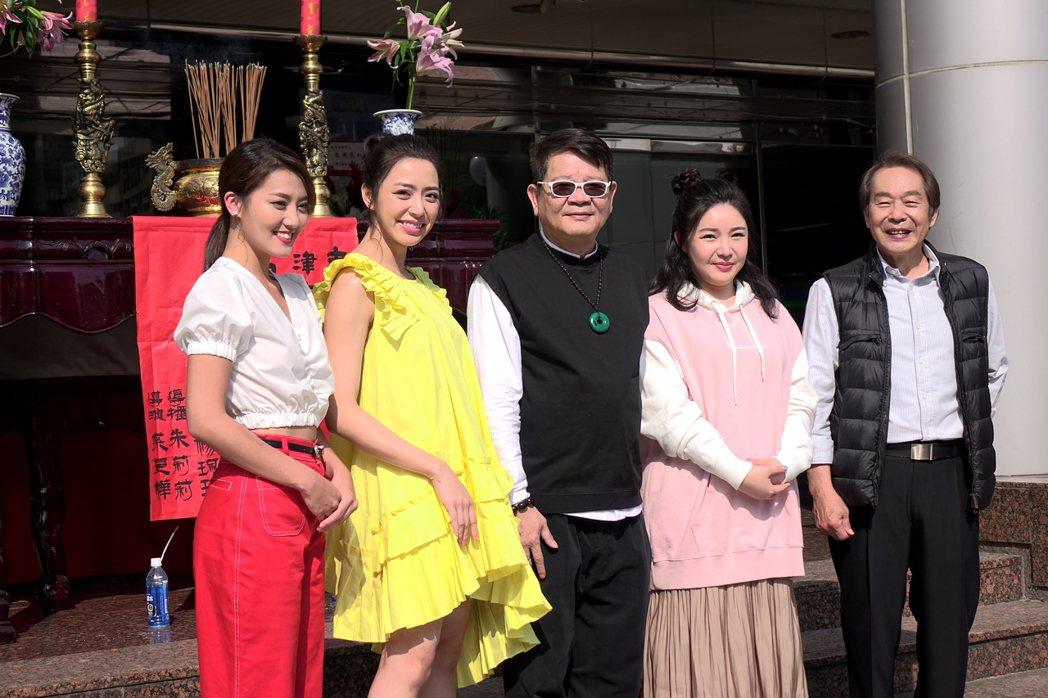 張魁(右起)、張魁女兒娃娃(張幼楒)、鄭進一、宋城希、顏曉筠演出新戲「有家雜貨店...