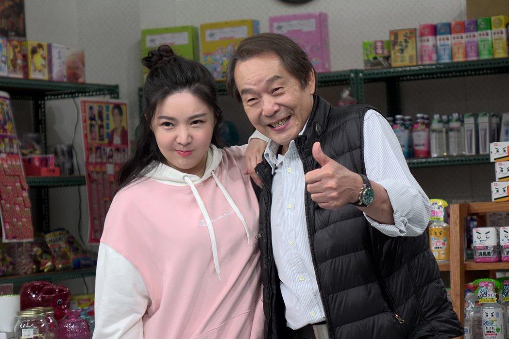張魁(右)和女兒娃娃(張幼楒)同台演出,戲裡卻是房東、房客關係。圖/東風提供