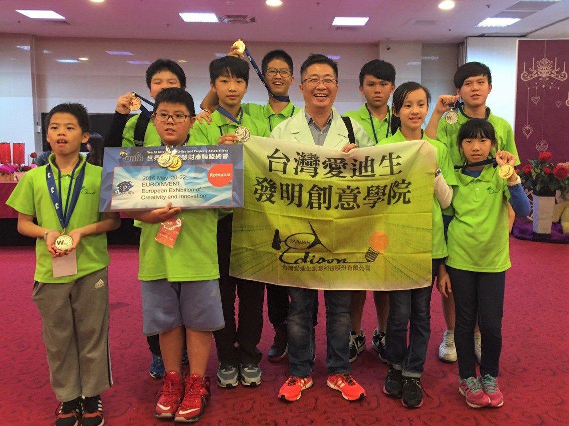鄧鴻吉(中)長期推動發明教育,並帶小朋友出國比賽。圖/鄧鴻吉提供