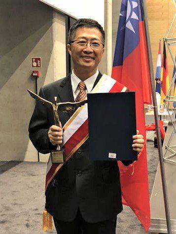 鄧鴻吉獲波蘭政府頒給發明創意領袖獎。圖/鄧鴻吉提供