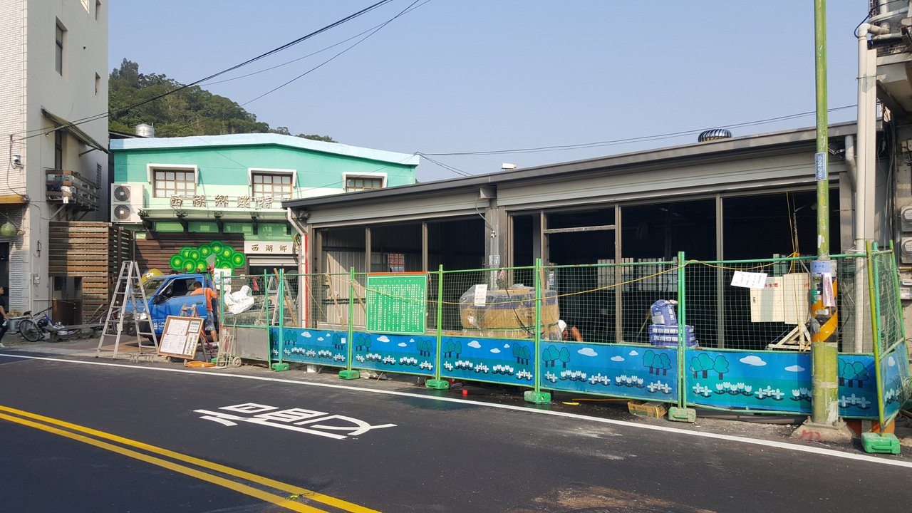西湖鄉民期待已久的便利超商設在農會農特產品展售中心旁,目前店面正施工。記者胡蓬生...