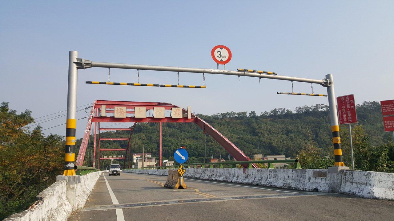 西湖鄉飛龍大橋限高3公尺、設路擋防止重車通行。記者胡蓬生/攝影