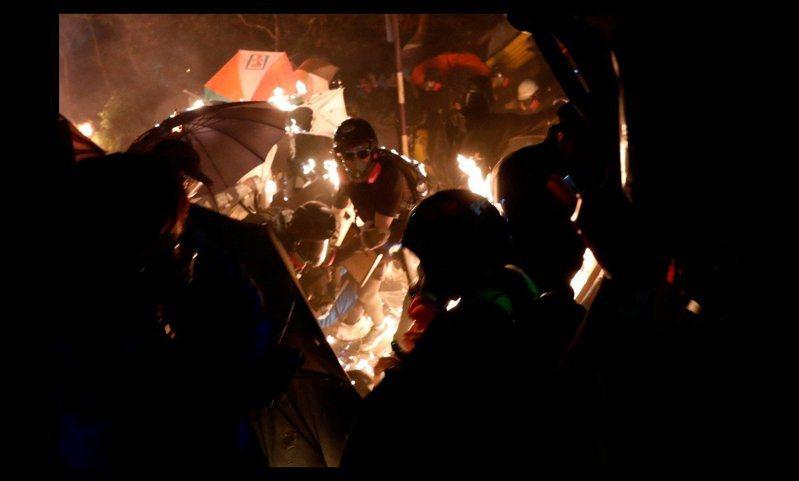 香港中文大學12日晚爆發學生和警方的嚴重衝突,現場宛如戰場。法新社