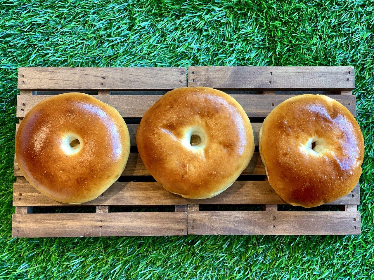 左至右分別為放置一至三天的紅豆麵包。記者張芳瑜/攝影