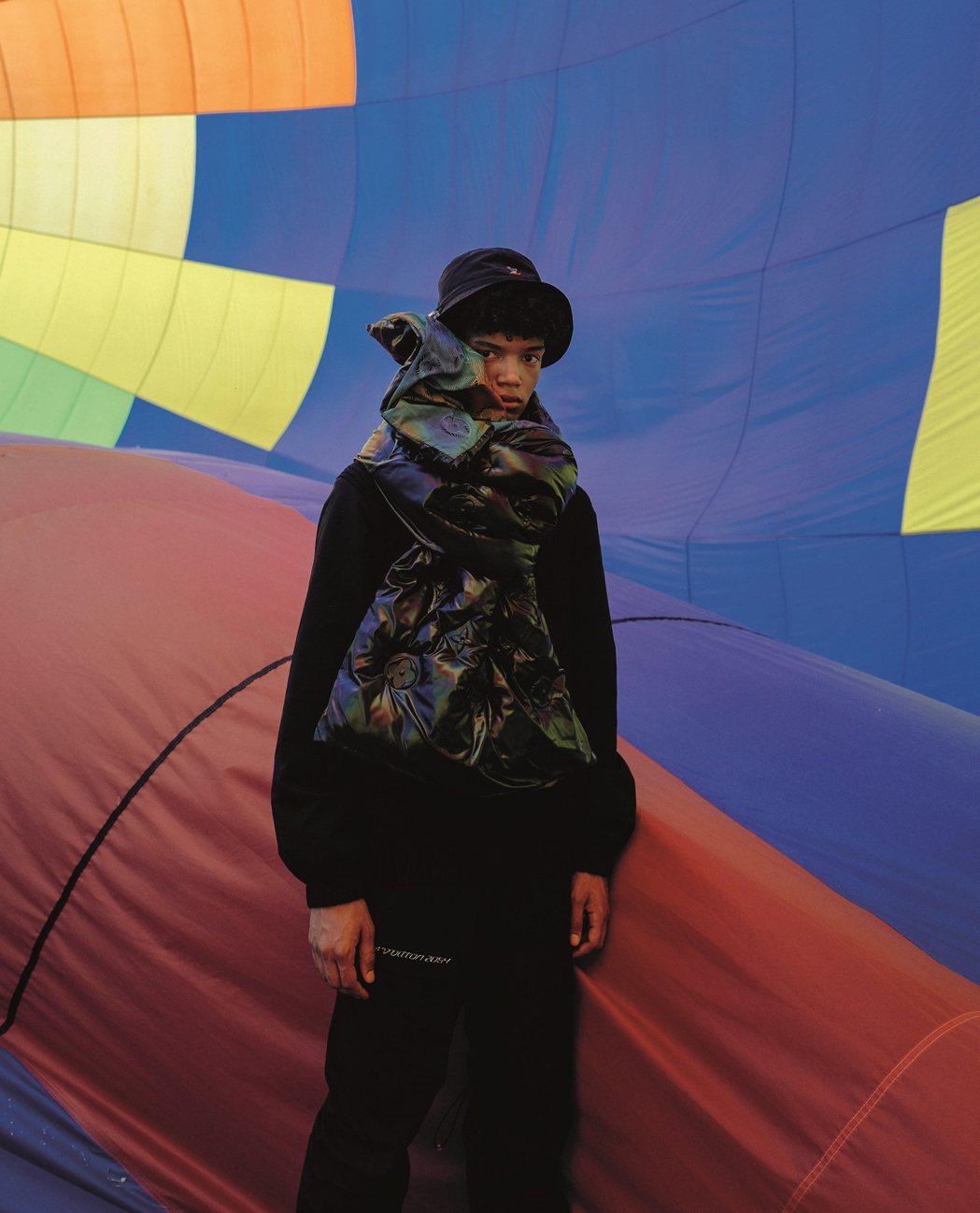 LV 2054系列的羽絨圍巾正反面分別是壓印monogram、綁染風格彩虹圖紋。...