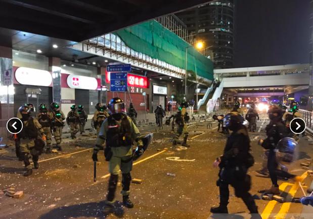 香港防暴警察晚上7時半左右開始在中環一帶清理路障。 香港電台