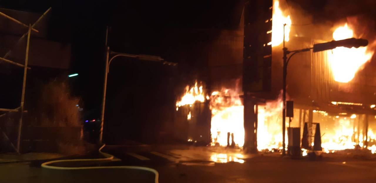 南投縣草屯鎮太平路一段一件家具行今晚傳出火警,而因火勢猛烈,目前仍在灌救中,警消...