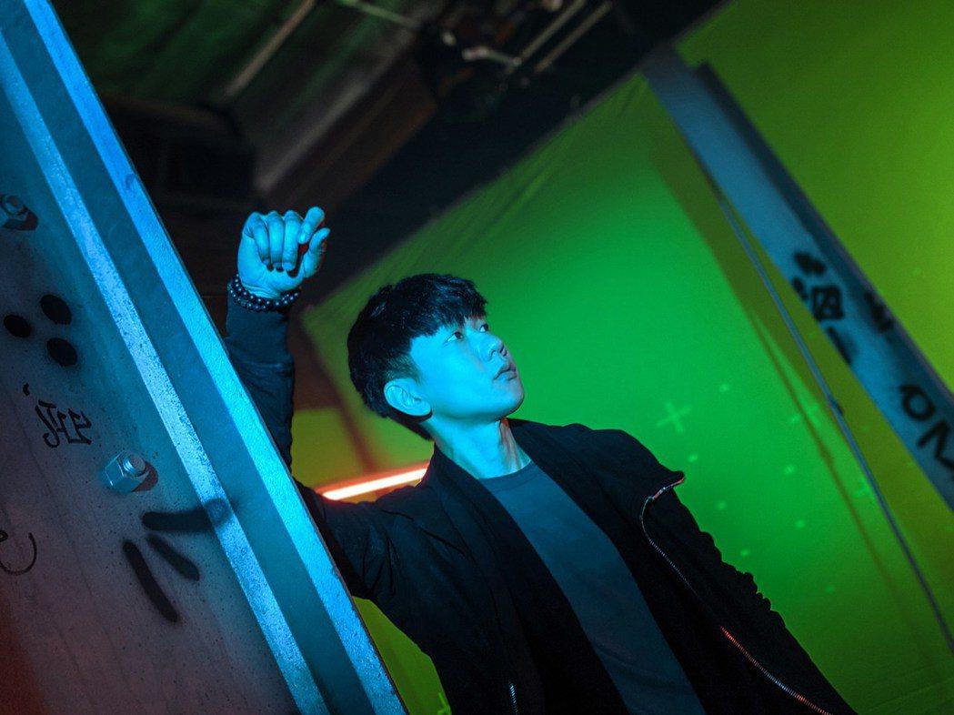 林俊傑得對著綠幕演戲。圖/華納提供