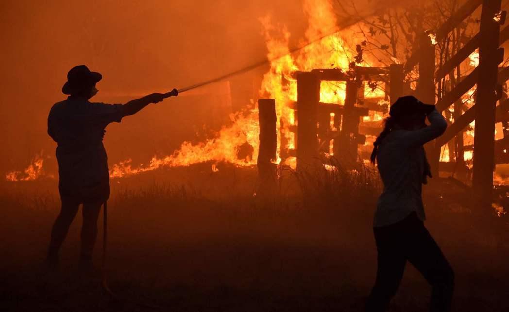 澳洲野火災情慘重,當局接到許多民眾求助。(法新社)