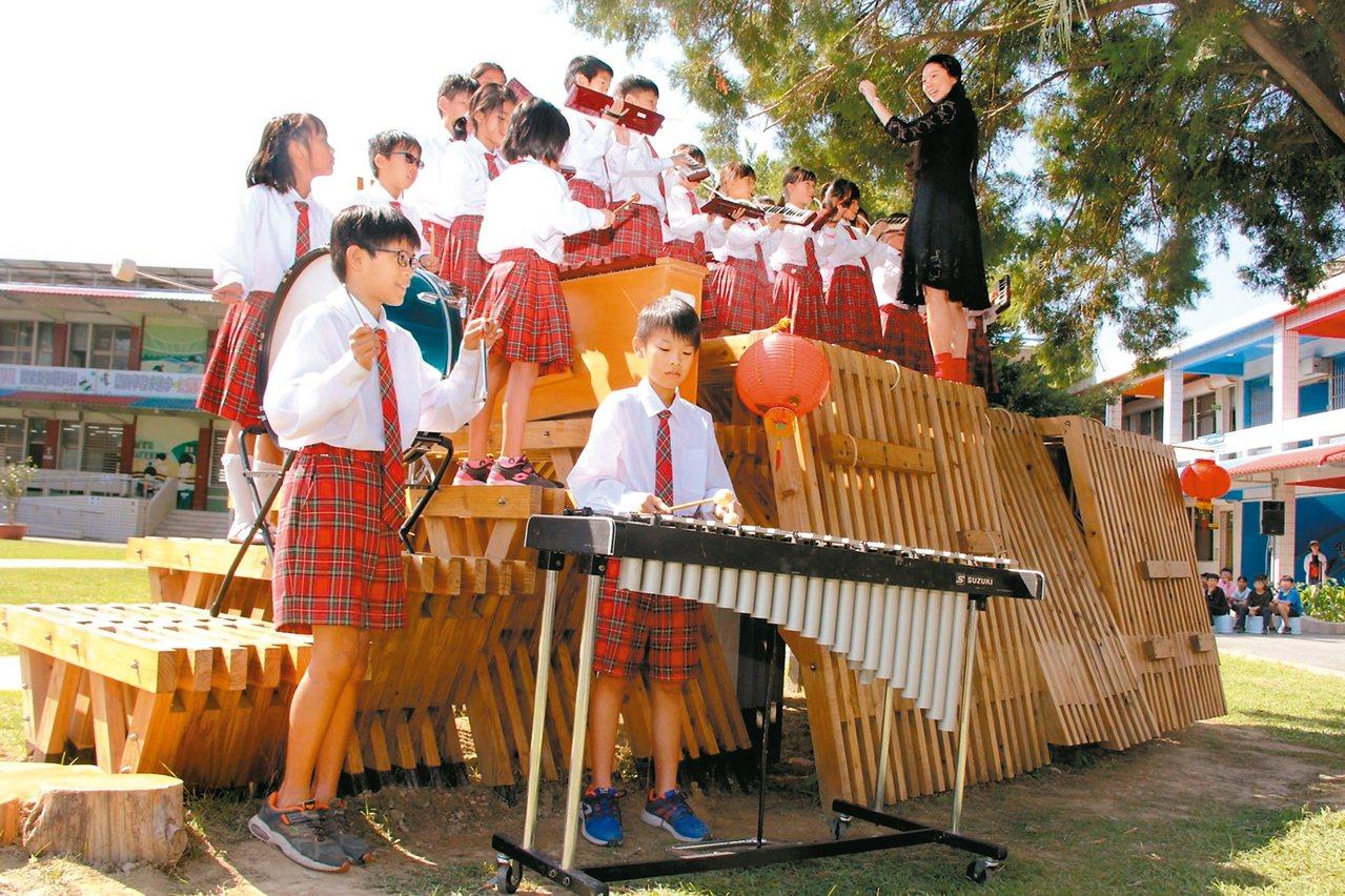 卑南國小「閱讀夢公園」昨落成啟用典禮,學校安排樂隊在樹屋平台團隊表演。 圖/台東...