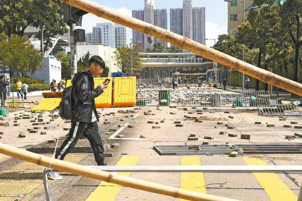 香港幾所大學校園周遭連日爆發激烈警民衝突,香港浸會大學外道路四散著示威者堵路的磚...