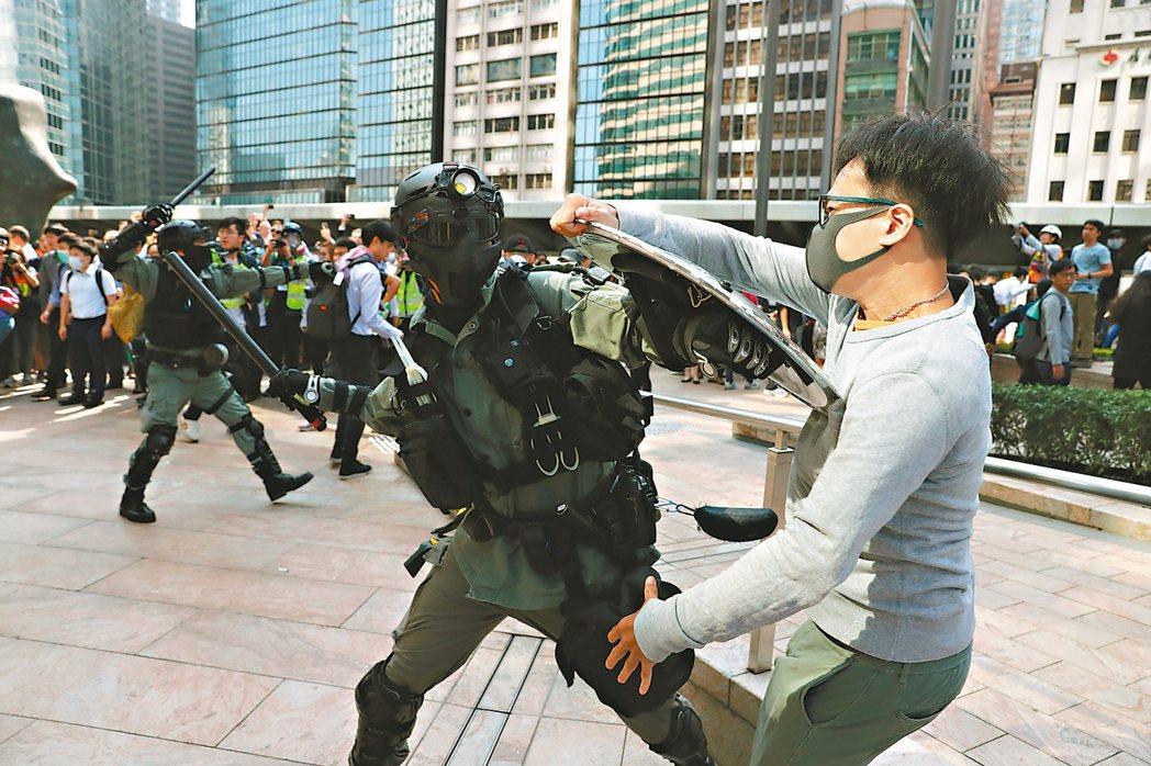 香港警民衝突,暴力升級,反送中示威者昨再度於中環發起「快閃」示威,防暴警察與一名...