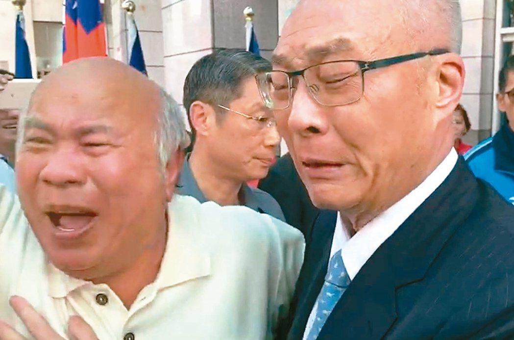 國民黨昨天舉行中常會,主席吳敦義(右)抵達黨部時,支持者高喊「吳主席當仁不讓」為...