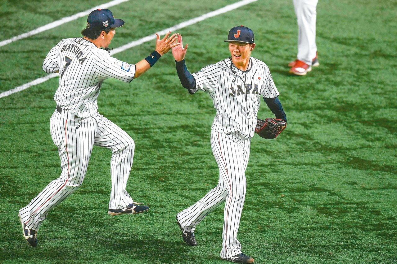 日本擊敗墨西哥,賽後球員擊掌慶賀。 (法新社)