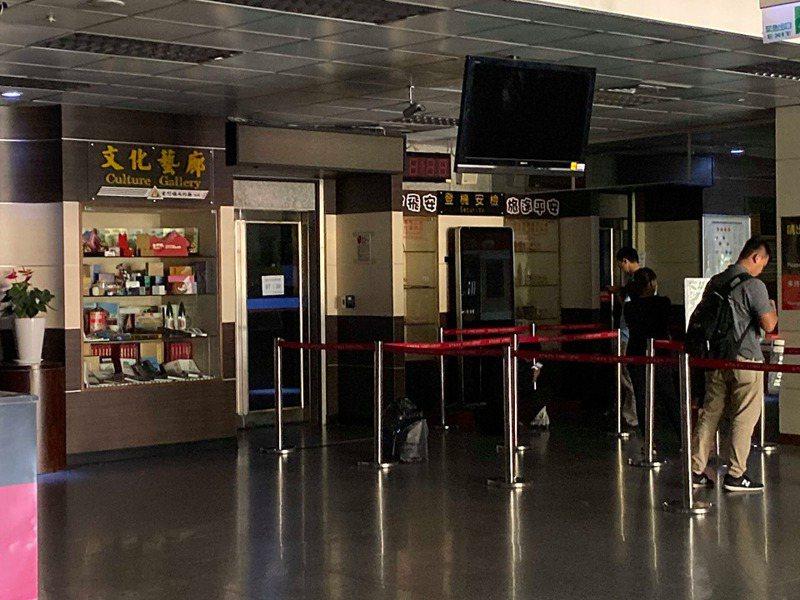 金門航空站昨天停電,機場黑壓壓一片,連空調也暫停供應。圖/讀者提供