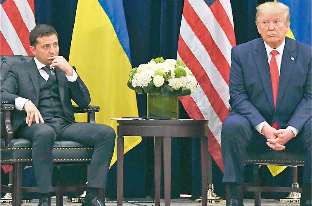美國總統川普(右)與烏克蘭總統澤倫斯基(左)的一通電話,構成彈劾案的主軸。(法新...