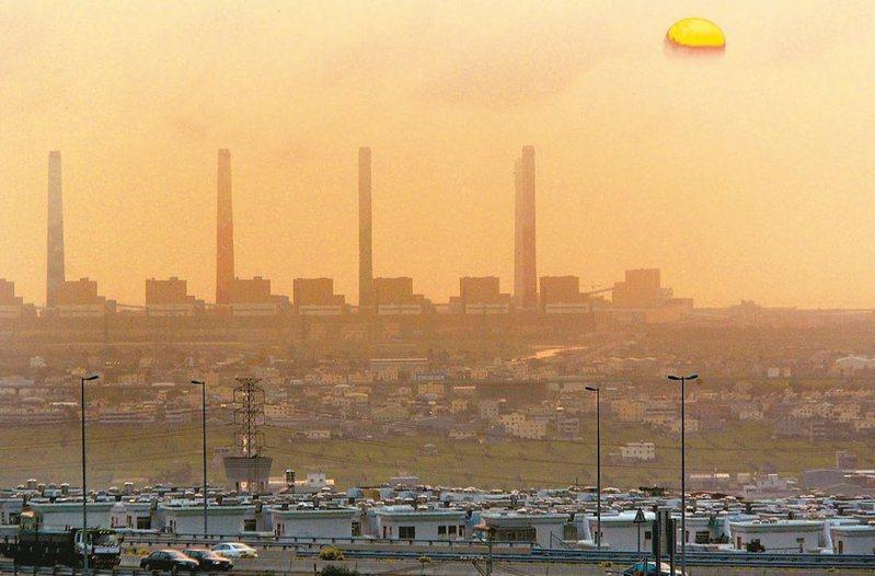 台中火力電廠10張操作許可證陸續申請展延,中火生煤量該減多少,成為台電與中市府角力的焦點。 圖/聯合報系資料照片