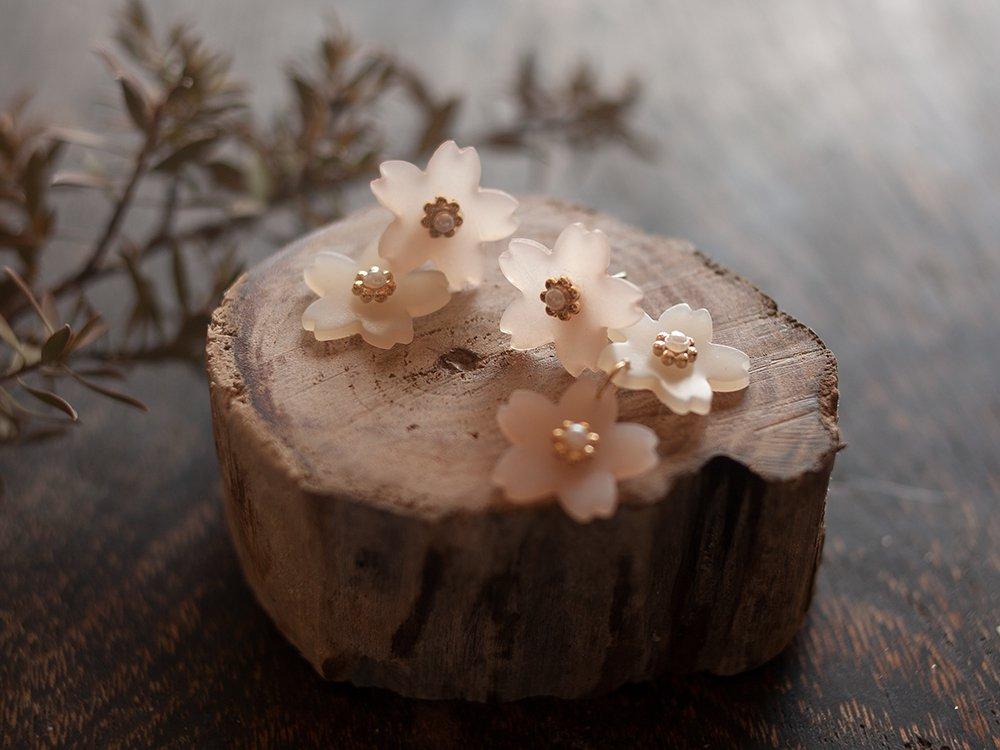 毛玻璃般質感的櫻花耳環是創作人地下3階手工製成。圖/聯合數位文創提供