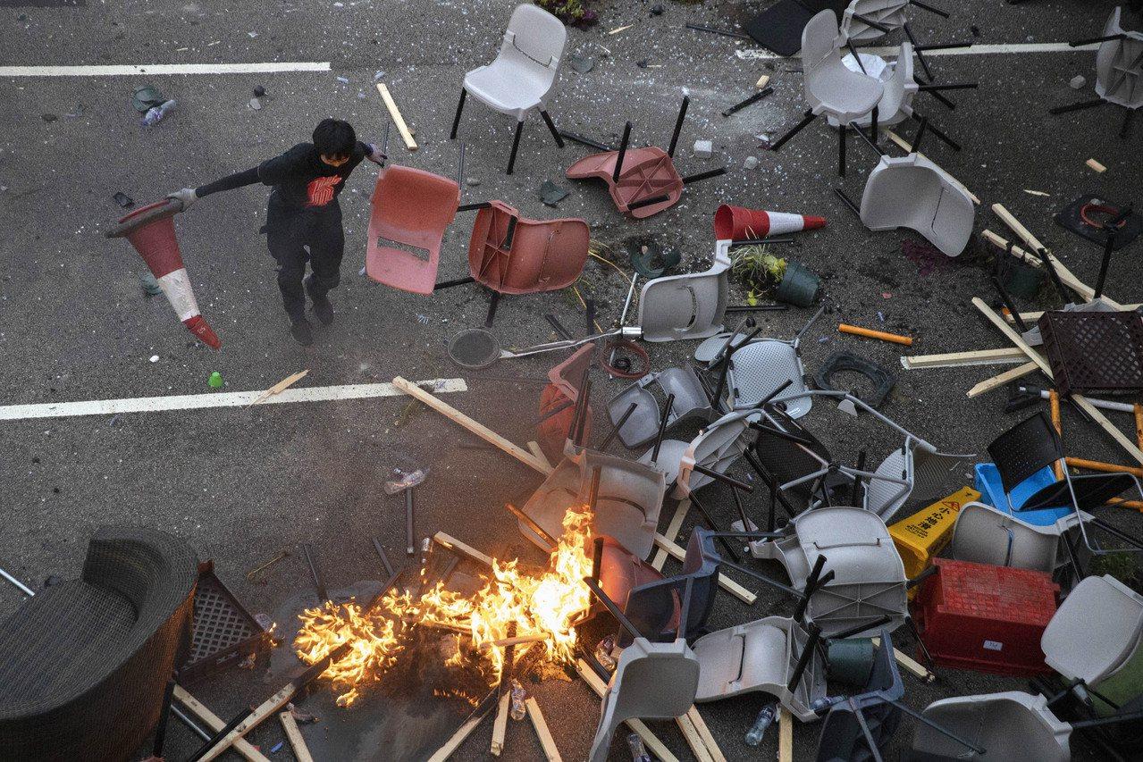香港反送中延燒至大學校園,示威者與港警衝突不斷。赴港就讀的台灣學生也陸續打包返台...
