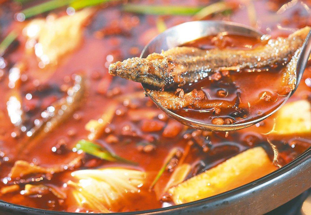 冬天很多人愛吃火鍋,尤其重口味麻辣鍋,要注意會導致血液濃稠度提高,應該多補充水分...