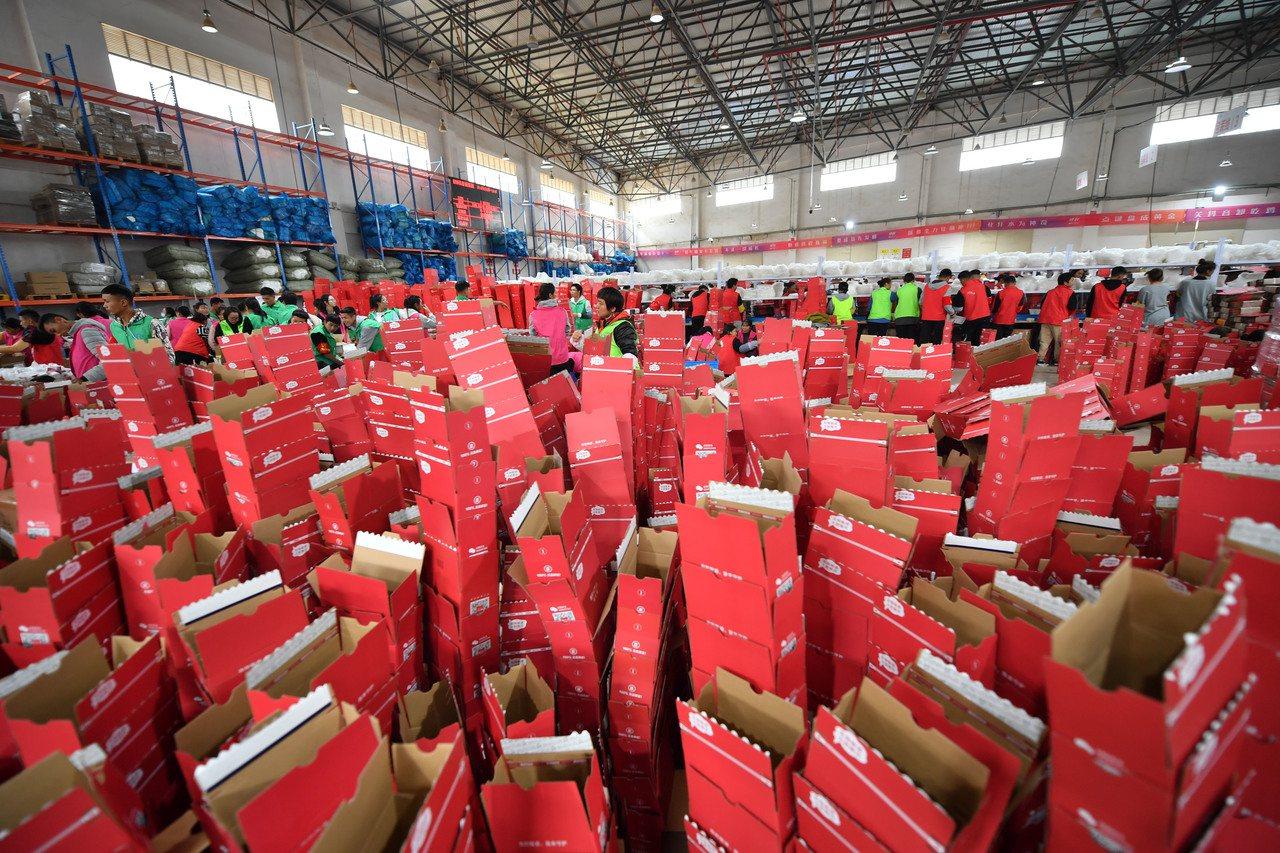 圖為雲南昆明薇諾娜化妝品倉庫一角堆滿的包裝箱。 (中新社)