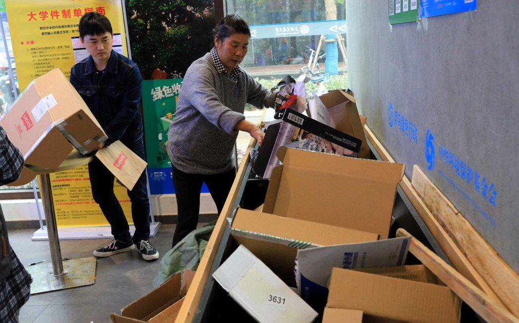 上海交通大學閔行校區內的菜鳥驛站快遞收發點推行「回箱計畫」,回收快遞紙箱並進行再...