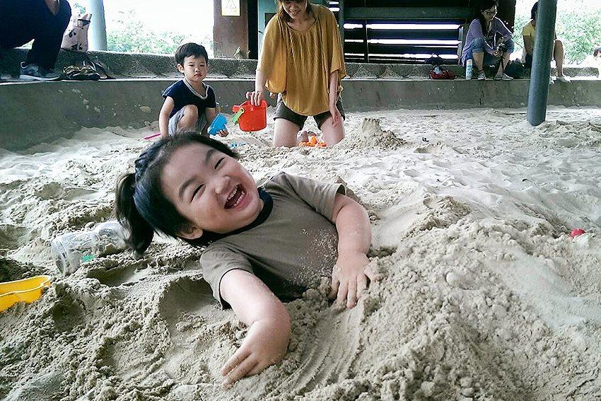 十三行博物館的沙坑總能讓小朋友玩上一整天。 十三行博物館/提供