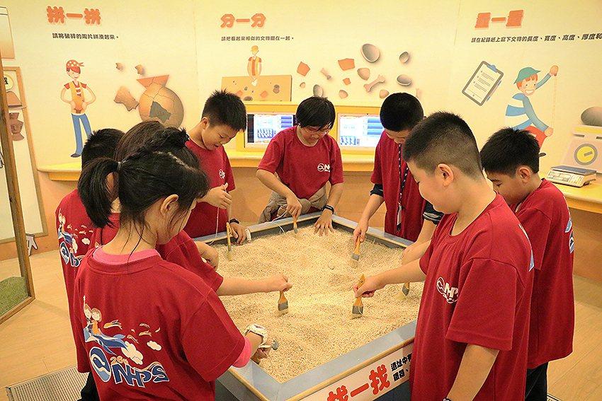全國唯一專為兒童量身打造的「兒童考古體驗室」,體驗挖掘樂趣。 十三行博物館/提供
