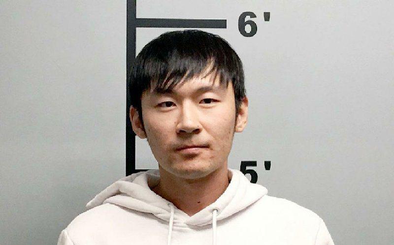 劉松華涉嫌使用偽造沃爾瑪禮品卡交易,被捕控罪。警方提供