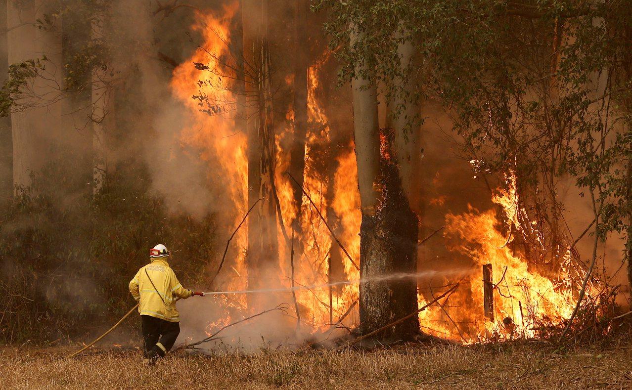 樂施會最新報告顯示,氣候災害每年迫使約兩千萬人離開家園。圖為澳洲野火。(路透資料...