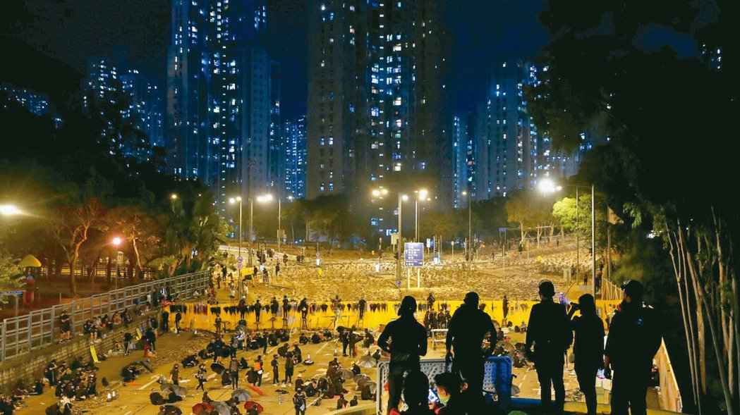 抗議群眾昨晚在香港中文大學繼續死守,香港特首林鄭月娥(右圖,本報資料照片)深夜緊...