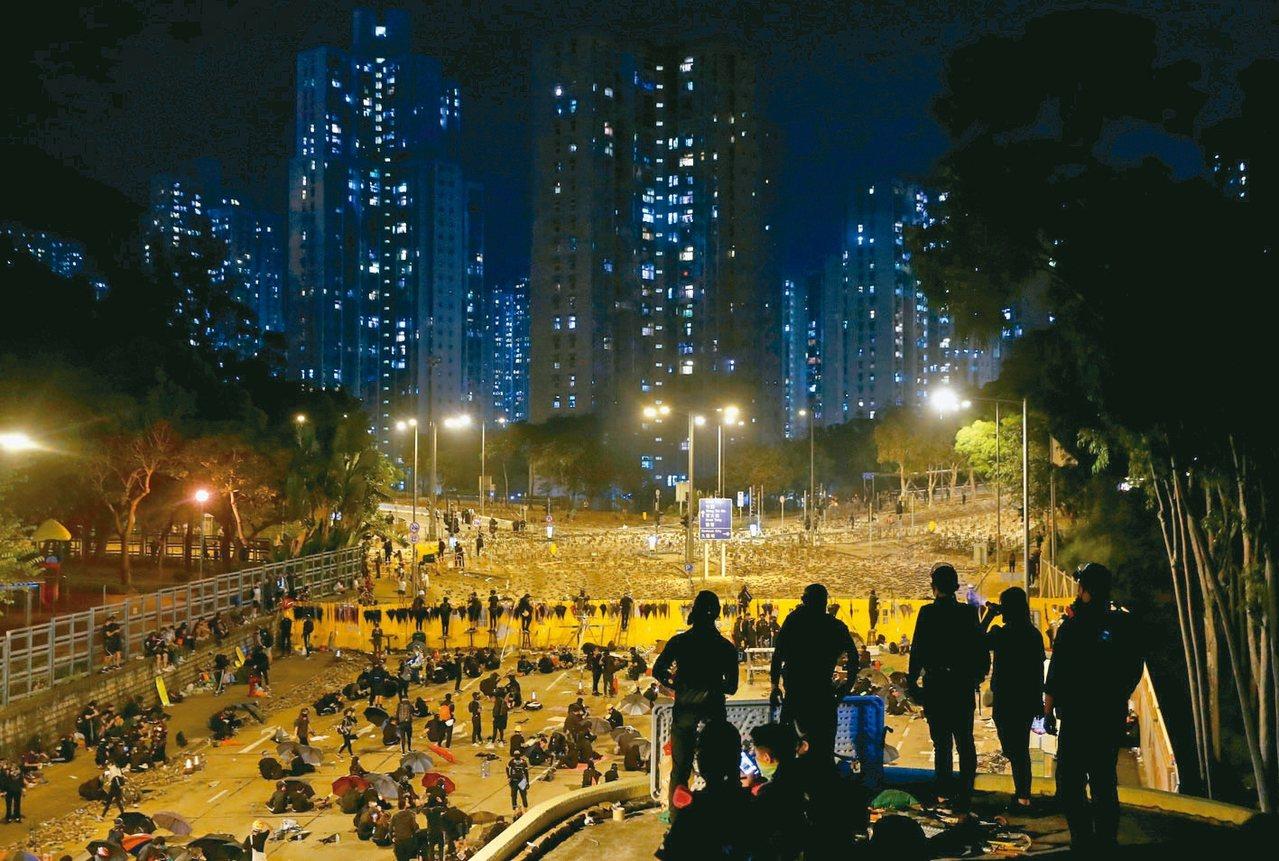 抗議群眾昨晚在香港中文大學繼續死守。 路透
