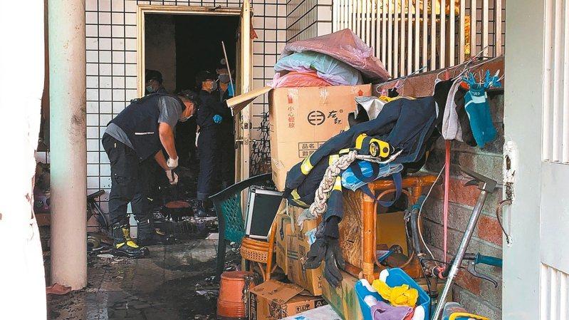 屏東縣內埔鄉發生民宅四死兩傷火警,警消火調人員到場鑑識中。 記者翁禎霞/攝影