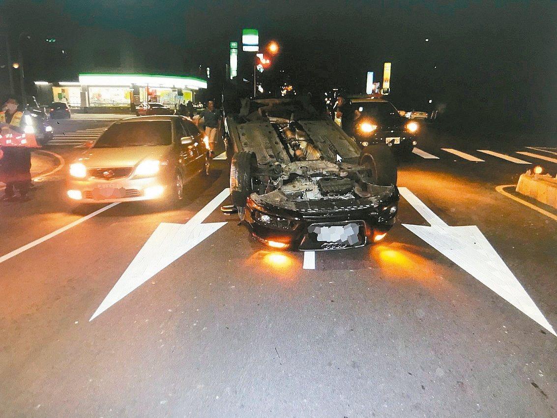 台中市南屯區永春路、龍富路昨天晚間9時許發生一起翻車事故,駕駛奧迪的沈姓男子疑未...